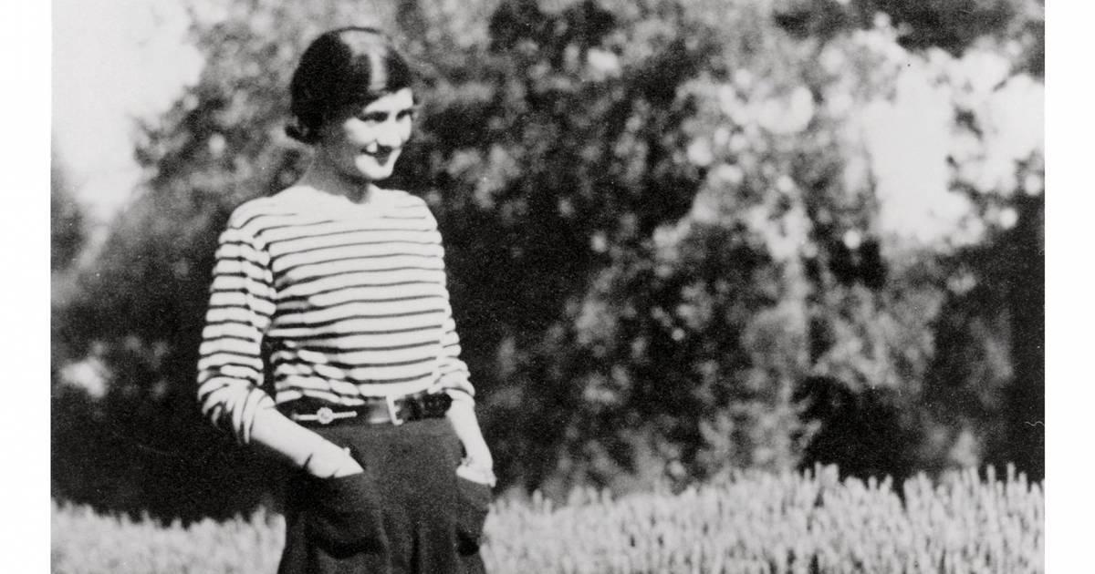 Coco Chanel habillée avec une marinière
