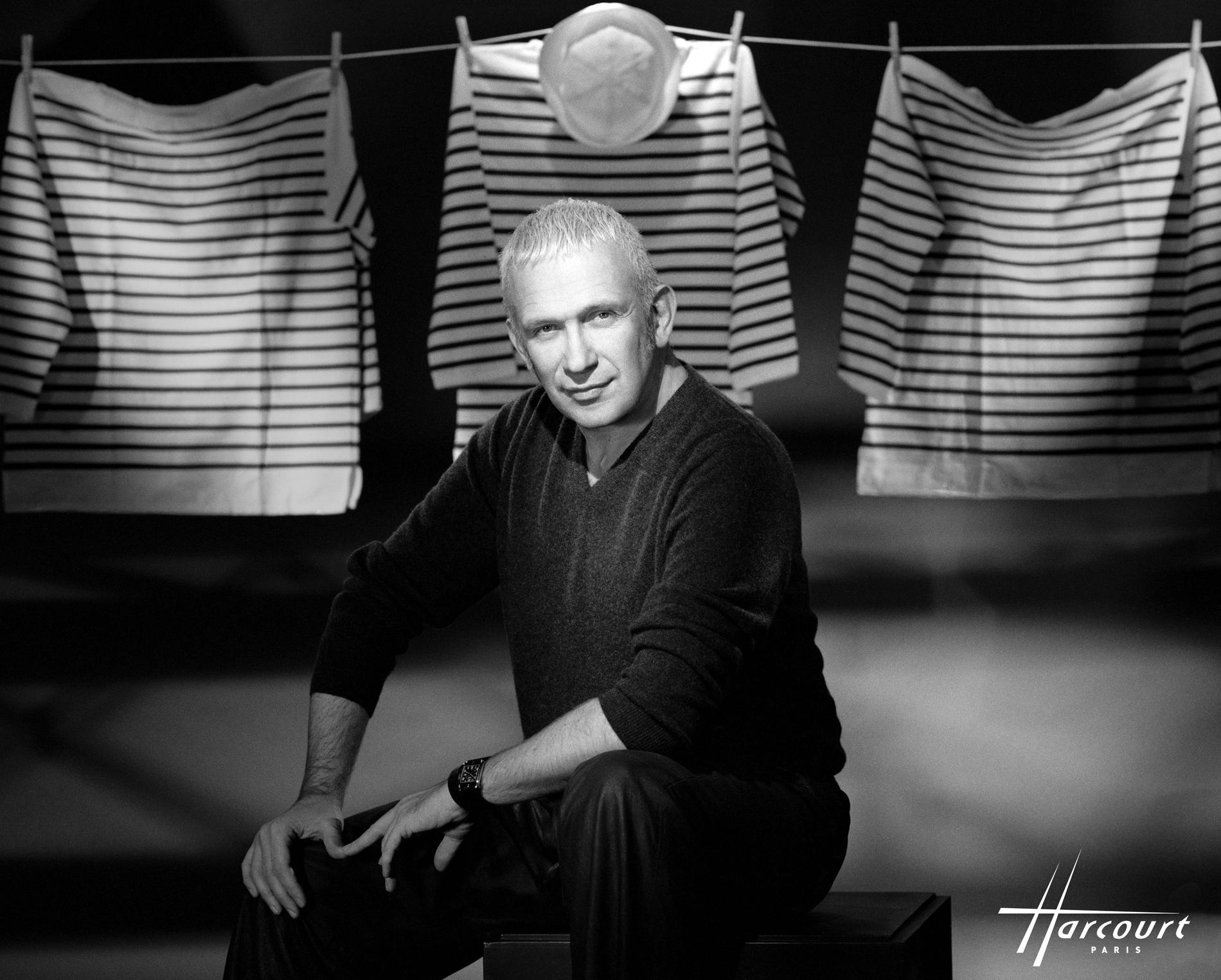 Jean-Paul Gaultier avec ses marinières photographié par le studio Harcourt