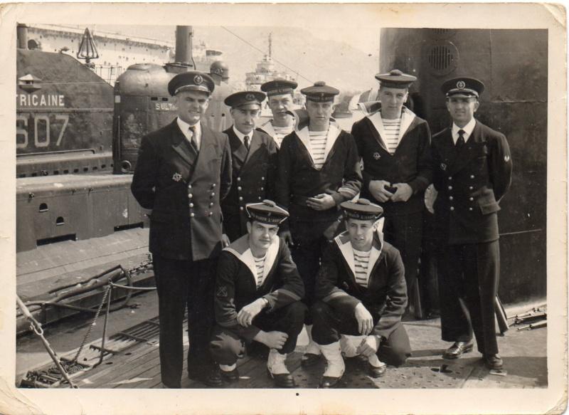 Marins portant leur uniforme avec une marinière
